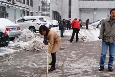 、郭亚洁和省局机关职工共同扫雪,以防过夜结冰.-山西水文信息网图片